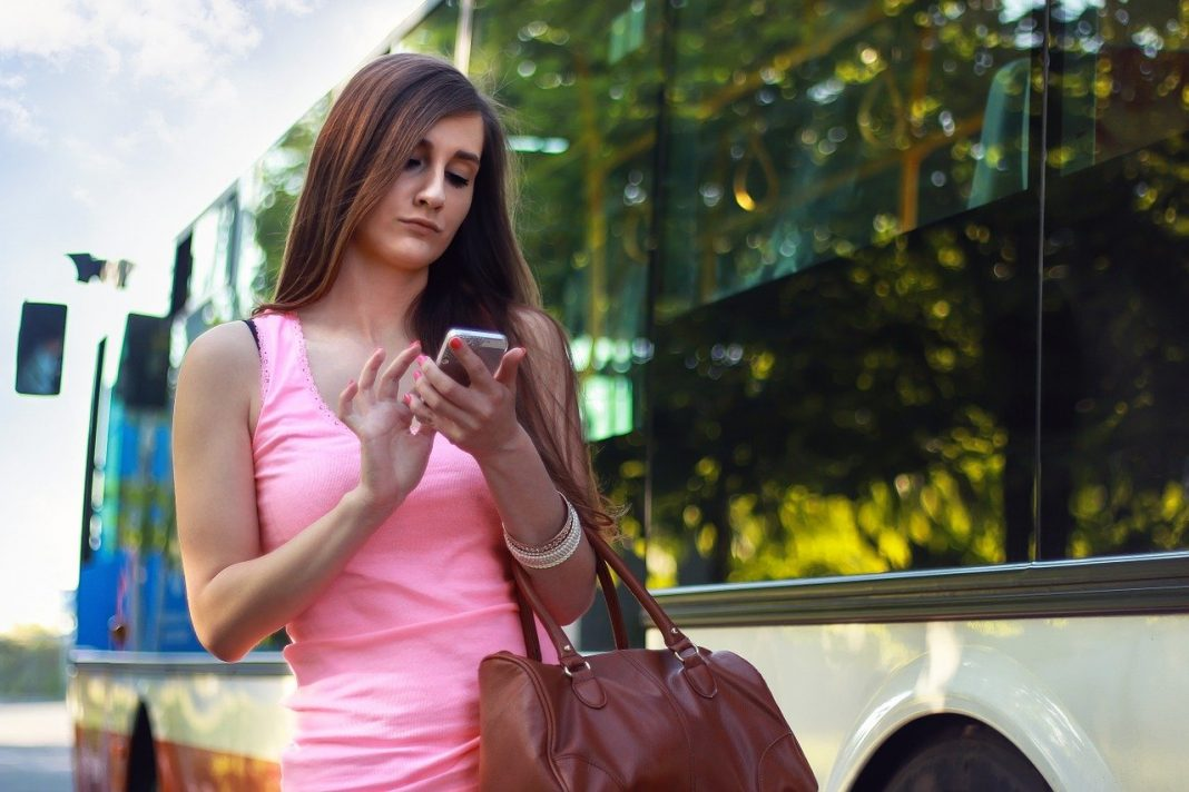 travel-smartphone-woman-410320_1280