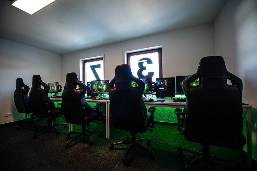 female gamers earn less esports